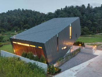 Slanted Box House | Praud