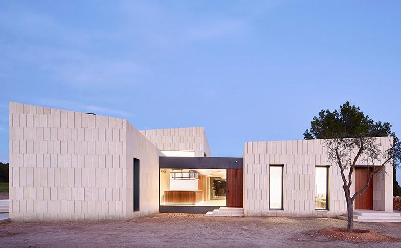 Stone-Clubhouse-by-GRAS-arquitectos_dezeen_784_3