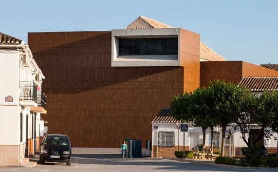 miguel-bretones-and-julia-gonzalez-restoration-of-theatre-huescar-spain-designboom-01-818x545