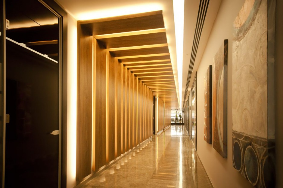Modern corridor moderni research for Modern architecture interior