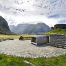 Amfi med gabionmur rundt servicebygg ved Eggum, Nasjonal Turistveg Lofoten. Arkitekt: Snøhetta AS.  ©Foto: Jarle Wæhler / Statens vegvesen