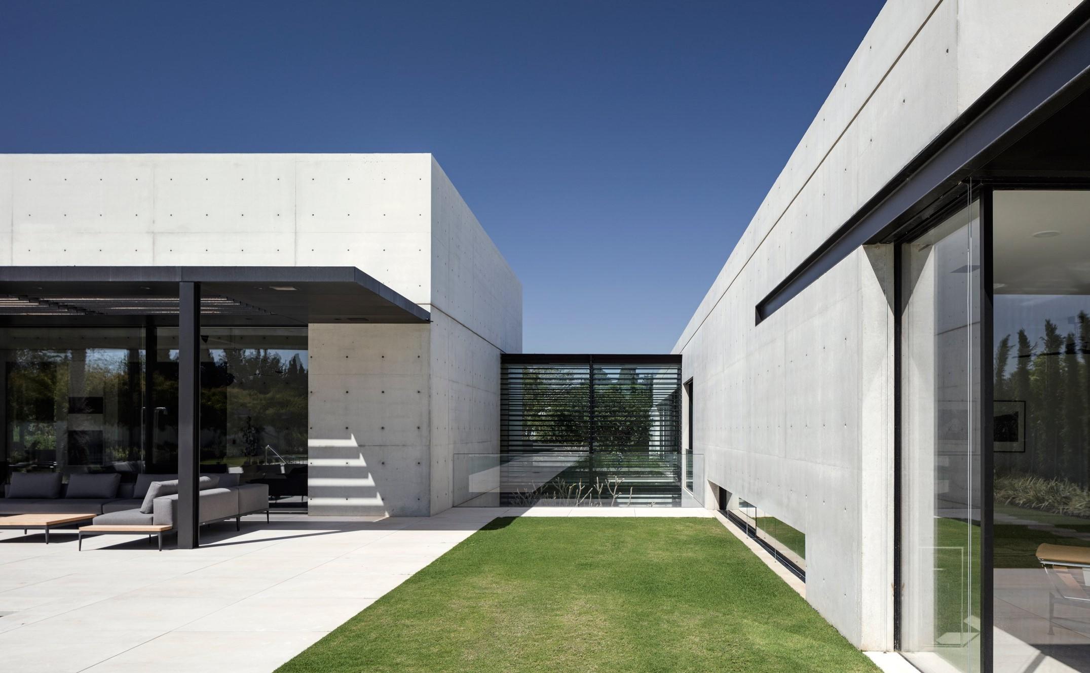 a-concrete-composition-studio-de-lange-architecture-residential-israel_dezeen_hero