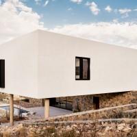 franklin-mountain-house-hazelbaker-rush-american-home-texas-el-paso-white-mountainside-residence-stucco-desert_dezeen-hero