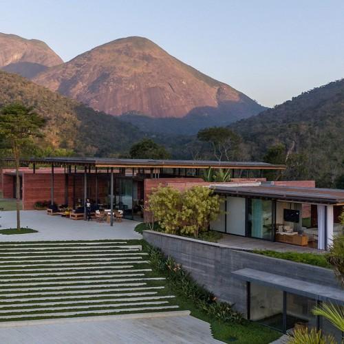 brazillian-house-bernardes-arquitetura-architecture-residential_dezeen_hero-1