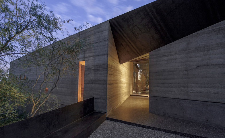 Desert_Courtyard_House_b_-Wendell_Burnette_Architects_dezeen_784_2