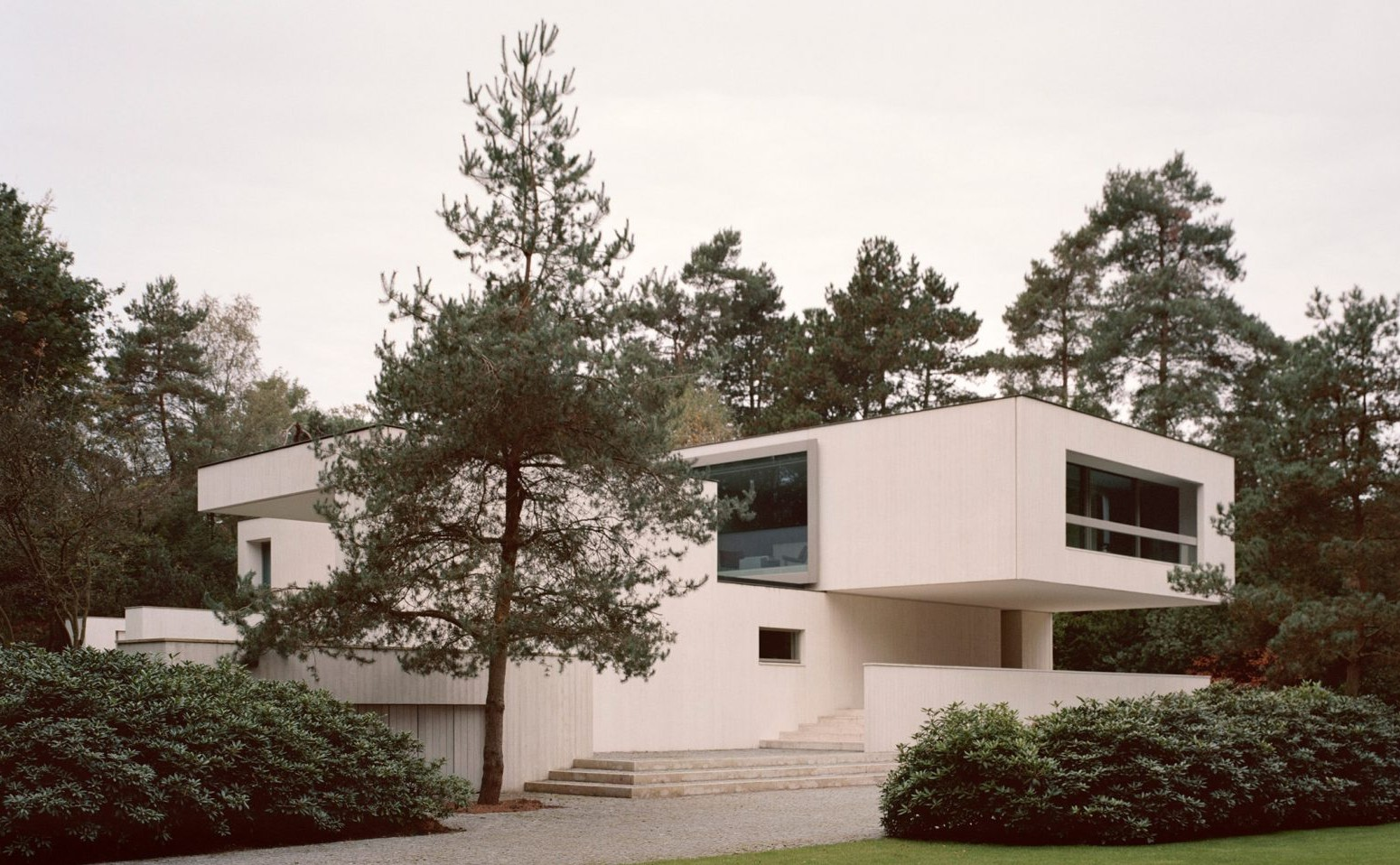 villa-waalre-russell-jones-architecture_dezeen_2364_hero-1704x959